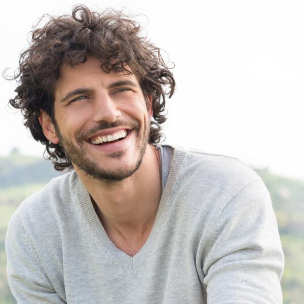 Glücklicher Mann mit strahlend weißen Zähnen