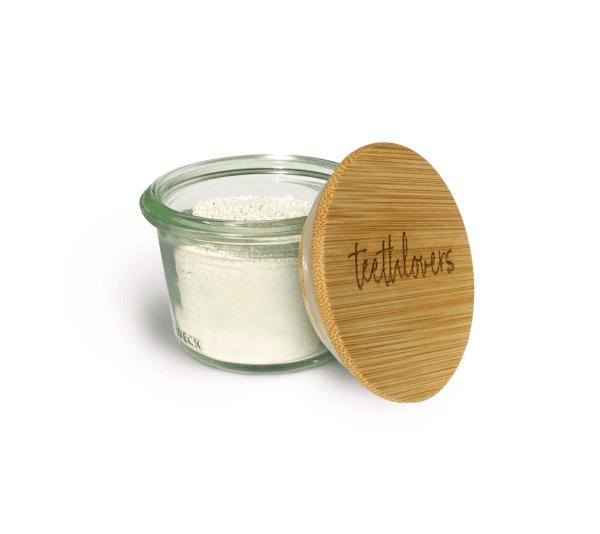 teethlovers Glas mit Zahnpulver und angelehntem Bambusdeckel
