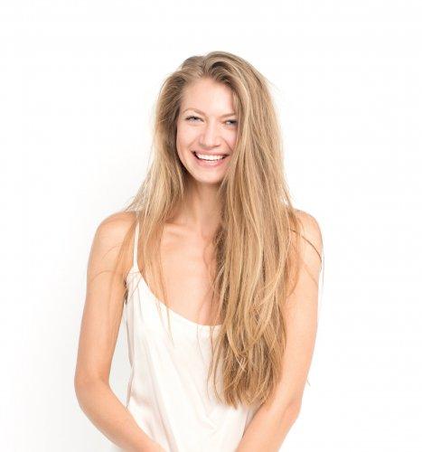 natürliche Frau mit weißem, strahlenden Lächeln